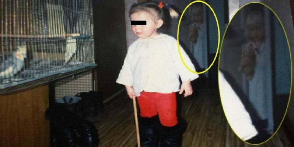 intr-o fotografie din copilarie apare o prezenta fantomatica